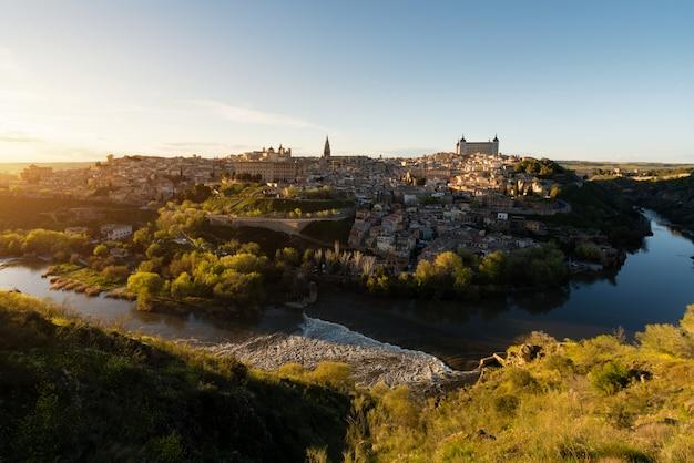 Vista panorámica del centro medieval de la ciudad de toledo, españa.