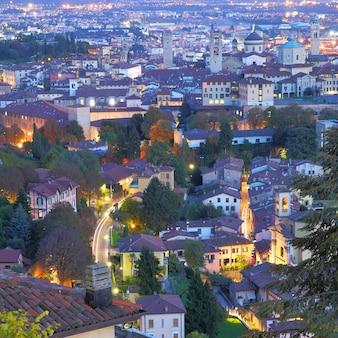 Vista panorámica de la ciudad alta de bérgamo en la noche, italia