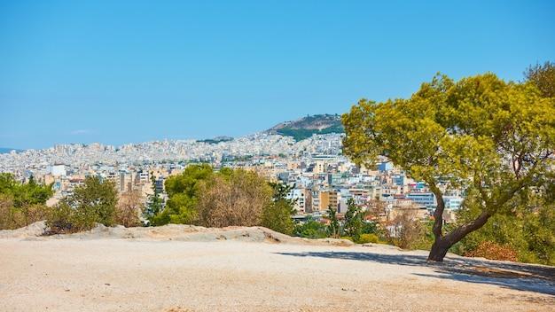 Vista panorámica de la ciudad de atenas desde la colina de las ninfas, grecia - paisaje urbano