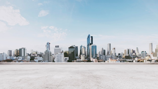 Vista panorámica de la ciudad con piso de concreto vacío, para espacio de copia