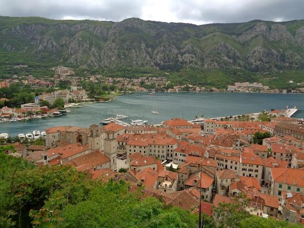 Vista panorámica de la ciudad vieja de kotor a lo largo de la costa de la bahía de kotor, kotor, montenegro