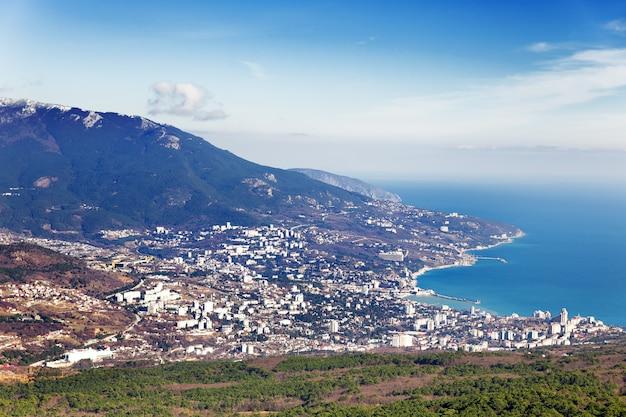 Vista panorámica de la ciudad de yalta desde la montaña ai-petri