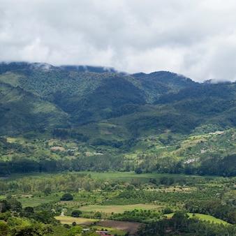 Vista panorámica de la colina y la montaña en costa rica