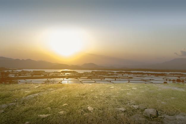Vista panorámica desde las colinas con campos de arroz y montaña con amanecer