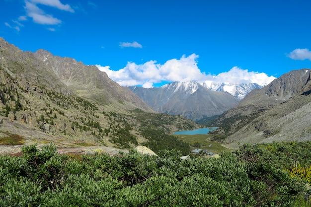 Vista panorámica de la cordillera. montañas de altai, rusia