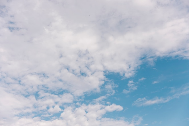Vista panorámica del cielo nublado en verano