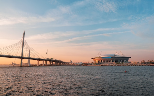 Vista panorámica del diámetro occidental de alta velocidad en san petersburgo y el estadio de fútbol zenith arena al atardecer.