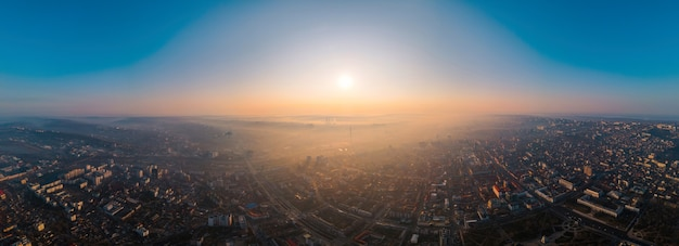 Vista panorámica de drones aéreos de chisinau, moldavia al amanecer.