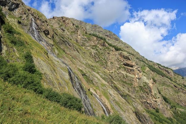 Vista panorámica de la escena de las montañas en el parque nacional de dombay, cáucaso, rusia. paisaje de verano, clima soleado, espectacular cielo azul y día soleado