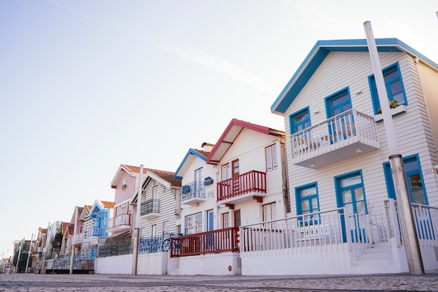 Vista panorámica horizontal de casas tradicionales de madera a rayas. pueblo de pescadores costa nova. aveiro portugal.