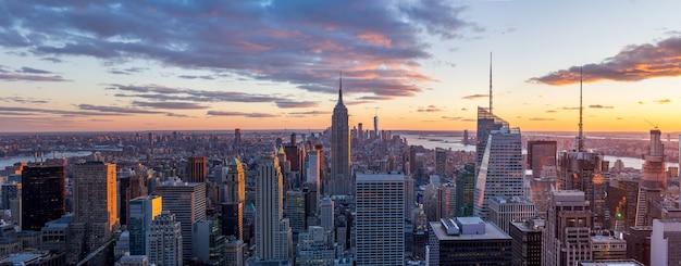 Vista panorámica del horizonte de la ciudad de nueva york y rascacielos al atardecer