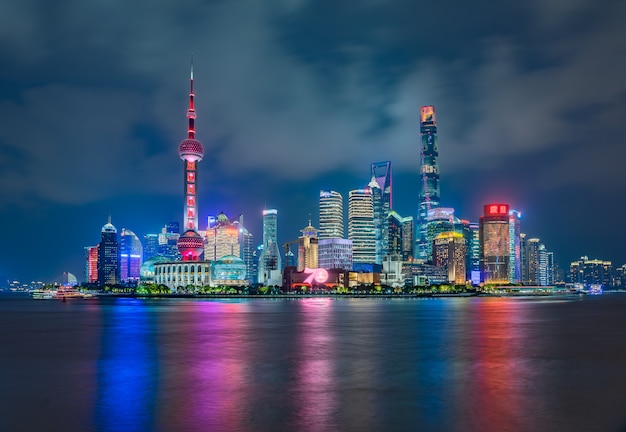 Vista panorámica del horizonte de la ciudad de shangai y el río huangpu, shanghai china