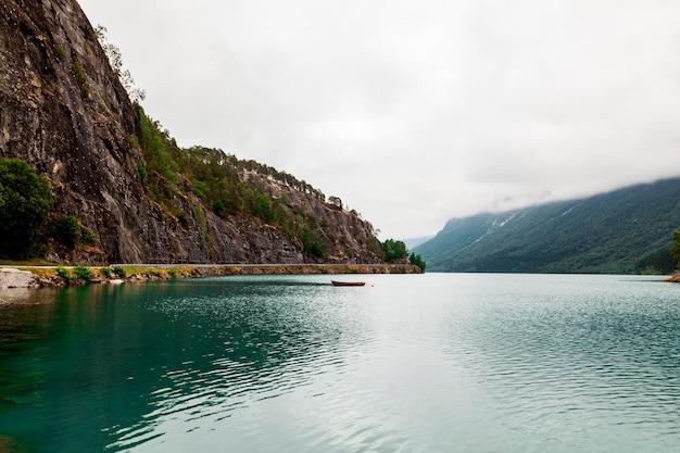 Vista panorámica del idílico lago con montaña.