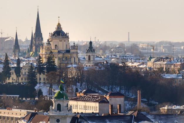 Vista panorámica de invierno desde el ayuntamiento en el centro de la ciudad de lviv, ucrania