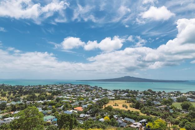 Vista panorámica de la isla rangitoto desde el monte victoria en auckland, nueva zelanda
