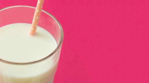 Vista panorámica de la leche en el vaso con pajita