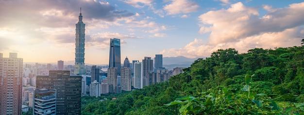 Vista panorámica de llegada del paisaje urbano de taipei y vista de taipei 101 desde la montaña del elefante (xiangshan) con el crepúsculo del atardecer