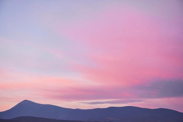 Vista panorámica de las montañas del amanecer en los cárpatos, ucrania.