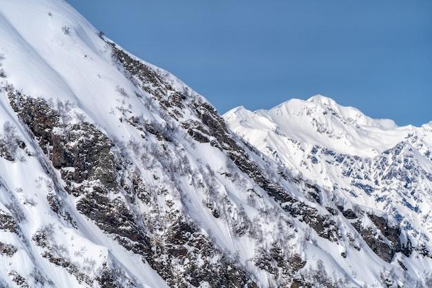 Vista panorámica de las montañas del cáucaso de la estación de esquí krasnaya polyana, sochi, rusia.
