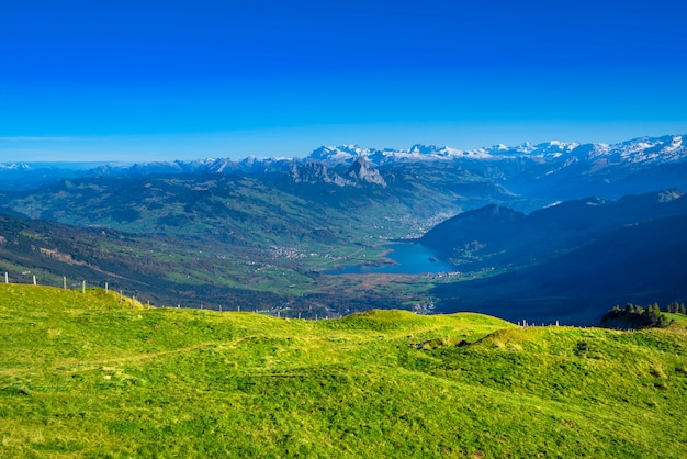Vista panorámica desde las montañas rigi en el lago de lucerna y el pueblo brunnen