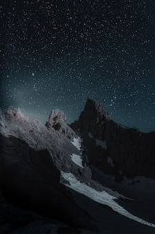 Vista panorámica de las montañas rocosas durante la noche