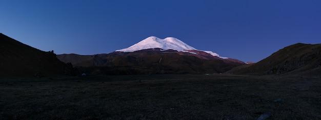 Vista panorámica del monte elbrus al amanecer. cáucaso del norte.