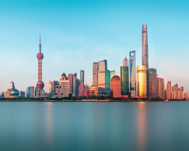 Vista panorámica del nuevo y moderno distrito de shanghai pudong desde el terraplén del waitan cruzando el río huangpu