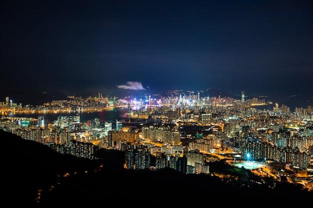 Vista panorámica del paisaje urbano de hong kong en la noche, la atmósfera de las luces nocturnas en la ciudad del puerto, el comercio, el transporte y la exportación internacional de china