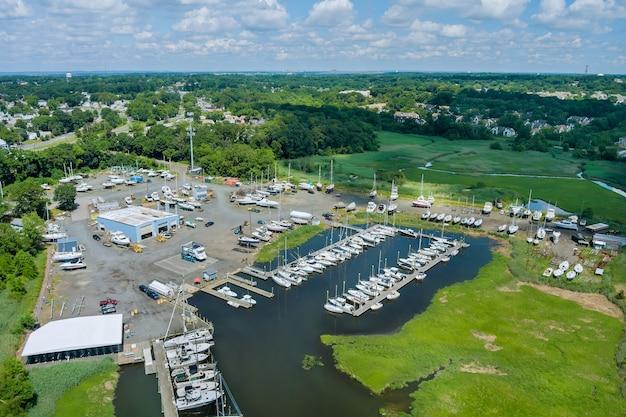 Vista panorámica del pequeño muelle del puerto para barcos en el océano marina la vista aérea cerca de la pequeña ciudad