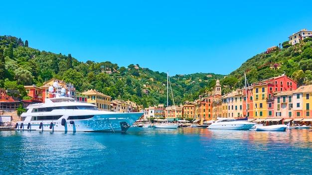 Vista panorámica del pequeño puerto con yates y barcos en la ciudad de portofino, liguria, italia