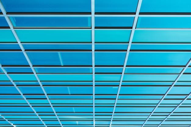 Vista panorámica y en perspectiva de la parte inferior de los rascacielos de edificios altos de vidrio azul acero