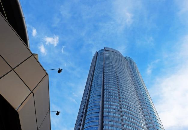 Vista panorámica y en perspectiva de la parte inferior de los rascacielos de edificios de gran altura de vidrio azul acero, arquitectura industrial