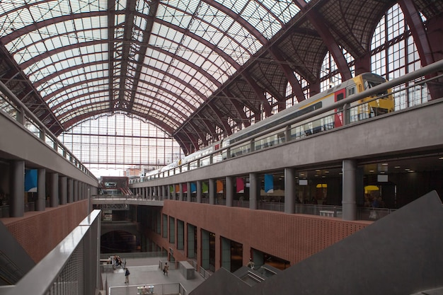Vista panorámica de los pisos con un tren en el andén de la estación central de amberes