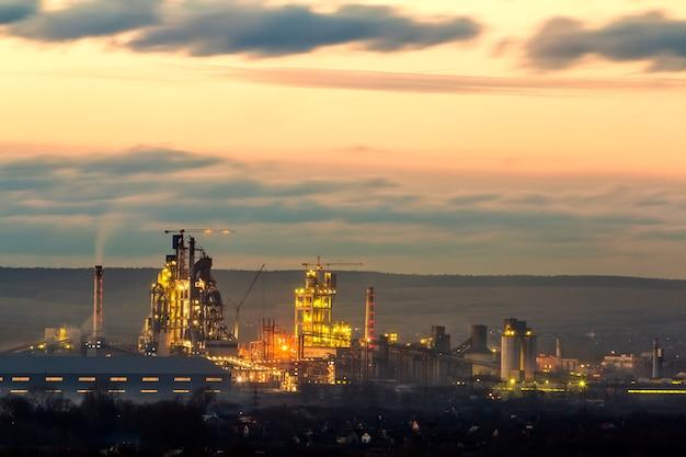 Vista panorámica de la planta de cemento y sation de energía en la noche en ivano-frankivsk, ucrania