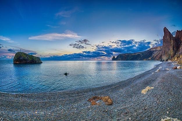Vista panorámica de la playa de guijarros vacía con mar claro y rocas en jasper beach fiolent