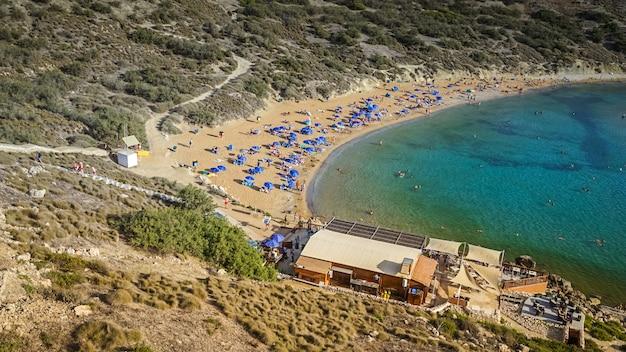 Vista panorámica de la playa maltesa