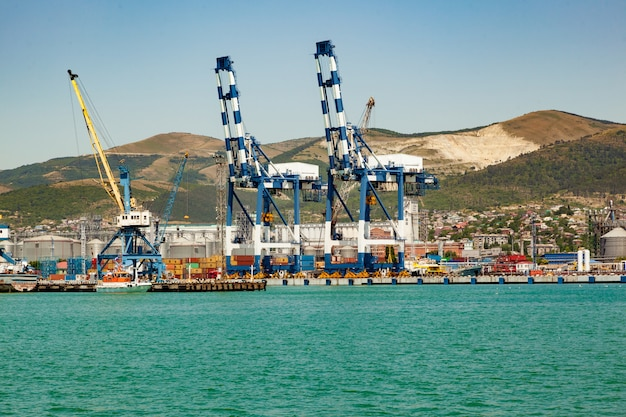 Vista panorámica del puerto marítimo con barco, carga, contenedores. carga de envío