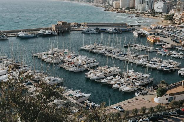 Vista panorámica de un puerto en el parque natural penyal d'ifac en calp, españa