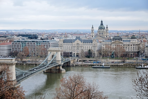 Vista panorámica del río danubio y szechenyi lanchid, budapest, hungría