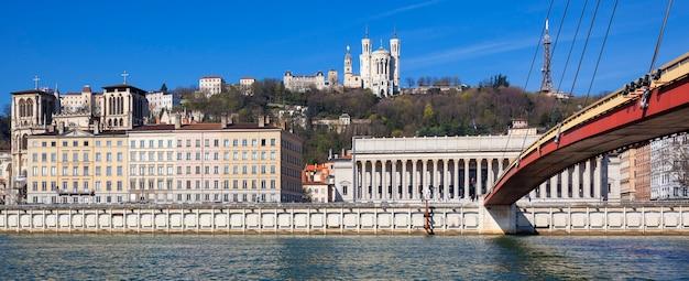 Vista panorámica del río saona en lyon, francia.