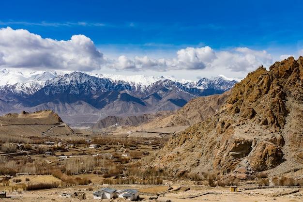 Vista panorámica entre la ruta en khardung la, paso de montaña en la región de ladakh de jammu y cachemira.