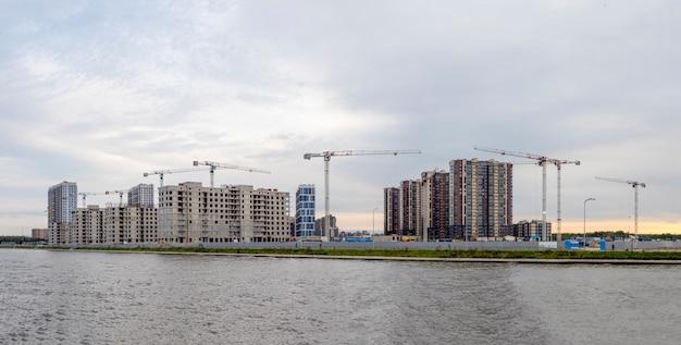 Vista panorámica del sitio de obras de construcción y edificio de gran altura