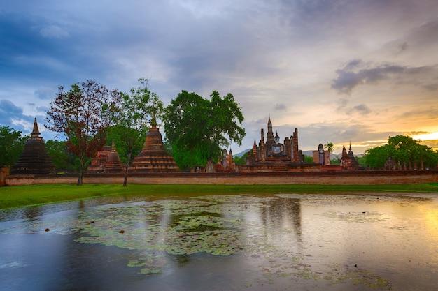 Vista panorámica del templo de wat mahathat en el recinto del parque histórico de sukhothai