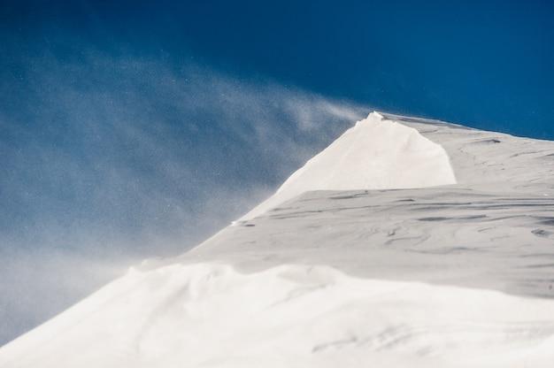 Vista panorámica de tormenta de nieve suave en las montañas de invierno