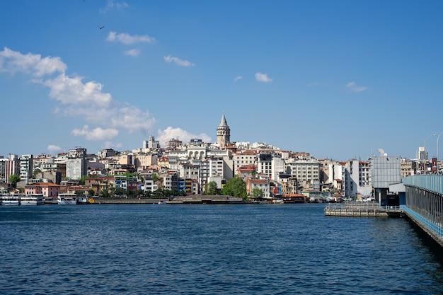 Vista panorámica a la torre de gálata y al puente de gálata en el paisaje de la ciudad de estambul