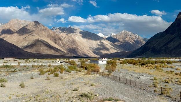 Vista panorámica del valle de nubra en ladakh, india.