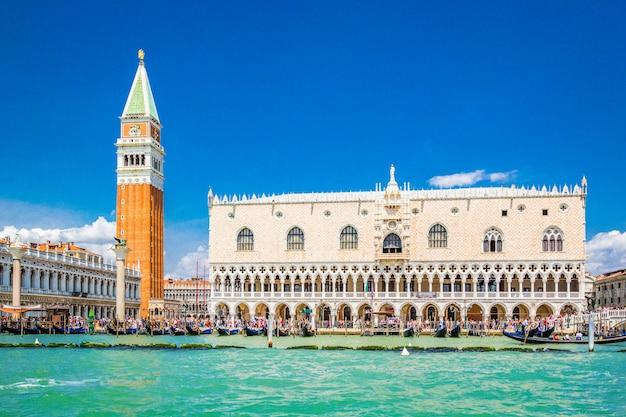 Vista panorámica de venecia desde el gran canal - palacio dodge, campanile en la piazza san marco, venecia, italia
