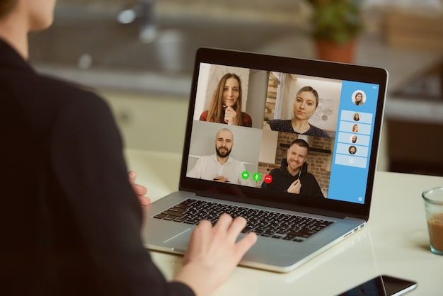 Una vista de la pantalla del portátil sobre el hombro de una mujer.