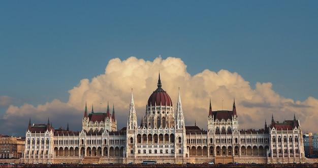 Vista del parlamento de budapest desde el río danubio