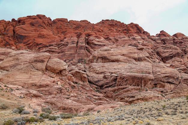 Vista del parque nacional del barranco rojo de la roca en el día de niebla en nevada, los eeuu